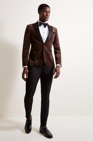 Comment porter: blazer en velours marron foncé, chemise de ville blanche, pantalon de costume noir, slippers en cuir noirs