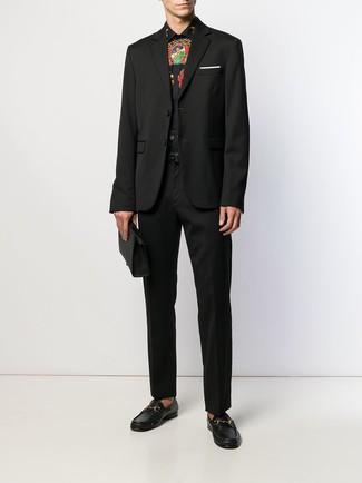 Comment porter: blazer noir, chemise de ville imprimée noire, pantalon de costume noir, slippers en cuir noirs
