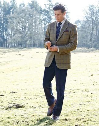 Comment porter des chaussures brogues en cuir marron: Associe un blazer à carreaux olive avec un pantalon de costume bleu marine pour une silhouette classique et raffinée. Termine ce look avec une paire de des chaussures brogues en cuir marron.