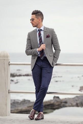 Comment porter une broche: Pense à associer un blazer en laine gris avec une broche pour un look idéal le week-end. Jouez la carte classique pour les chaussures et termine ce look avec une paire de double monks en cuir bordeaux.