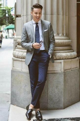 Comment porter des mocassins à pampilles en cuir noirs: Associe un blazer gris avec un pantalon de costume bleu marine pour une silhouette classique et raffinée. Une paire de des mocassins à pampilles en cuir noirs est une option parfait pour complèter cette tenue.