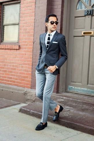 Comment porter un pantalon: Sois au sommet de ta classe en portant un blazer gris foncé et un pantalon. Habille ta tenue avec une paire de des slippers en cuir tressés noirs.