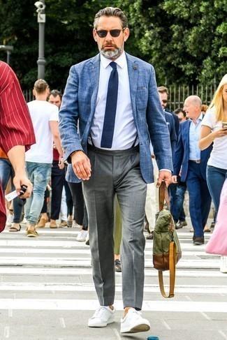 Comment porter un pantalon de costume gris: Marie un blazer bleu avec un pantalon de costume gris pour un look pointu et élégant. Si tu veux éviter un look trop formel, choisis une paire de des baskets basses en cuir blanches.