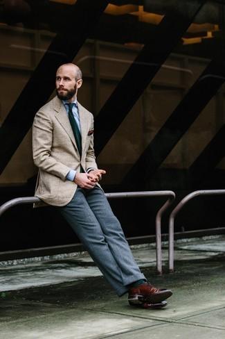 Comment porter une cravate imprimée vert foncé: Pense à porter un blazer à chevrons beige et une cravate imprimée vert foncé pour un look pointu et élégant. Une paire de des chaussures brogues en cuir bordeaux s'intégrera de manière fluide à une grande variété de tenues.