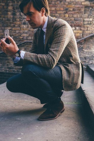 Comment porter un blazer en pied-de-poule marron: Harmonise un blazer en pied-de-poule marron avec un pantalon de costume en laine gris foncé pour dégager classe et sophistication. Tu veux y aller doucement avec les chaussures? Complète cet ensemble avec une paire de des bottines chukka en daim marron foncé pour la journée.