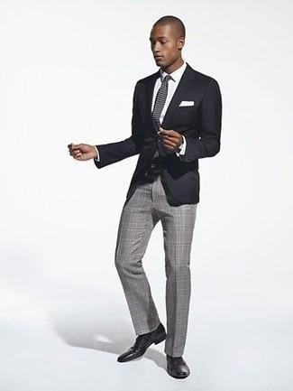 Comment porter une cravate en tricot grise: Associe un blazer noir avec une cravate en tricot grise pour dégager classe et sophistication. Complète ce look avec une paire de des chaussures derby en cuir noires.