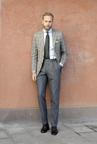 Comment porter un blazer en laine écossais gris: Essaie d'harmoniser un blazer en laine écossais gris avec un pantalon de costume en laine gris pour dégager classe et sophistication. Une paire de des chaussures brogues en cuir bordeaux est une option judicieux pour complèter cette tenue.