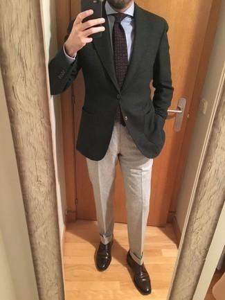 Comment porter une cravate imprimée violette: Essaie d'harmoniser un blazer vert foncé avec une cravate imprimée violette pour un look classique et élégant. Une paire de des chaussures derby en cuir marron foncé est une option génial pour complèter cette tenue.