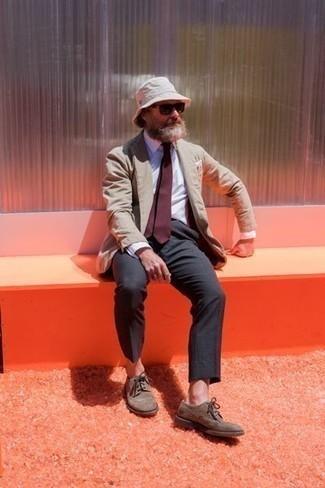 Comment porter une cravate bordeaux: Opte pour un blazer marron clair avec une cravate bordeaux pour un look classique et élégant. Tu veux y aller doucement avec les chaussures? Termine ce look avec une paire de des chaussures brogues en daim marron pour la journée.
