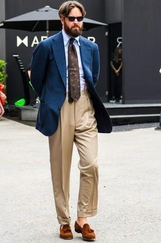 Comment porter des mocassins à pampilles en daim tabac: Essaie d'harmoniser un blazer bleu avec un pantalon de costume marron clair pour un look classique et élégant. Complète ce look avec une paire de des mocassins à pampilles en daim tabac.