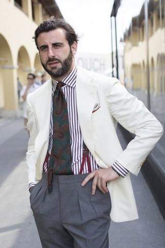 Comment porter une cravate imprimée cachemire vert foncé quand il fait chaud: Marie un blazer blanc avec une cravate imprimée cachemire vert foncé pour un look classique et élégant.