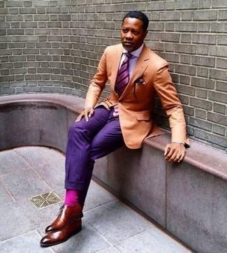 Comment porter des chaussettes fuchsia: Pense à opter pour un blazer orange et des chaussettes fuchsia pour une tenue idéale le week-end. D'une humeur audacieuse? Complète ta tenue avec une paire de des chaussures richelieu en cuir tabac.