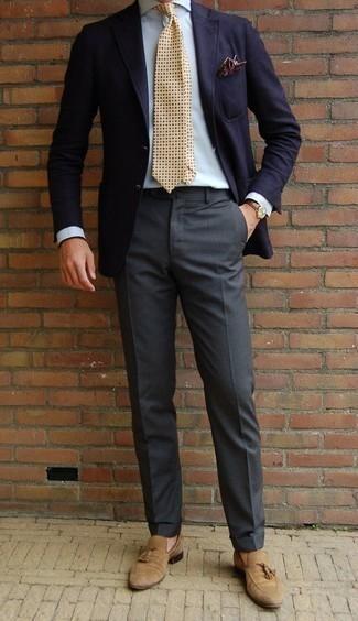 Comment porter des mocassins à pampilles en daim marron clair: Choisis un blazer bleu marine et un pantalon de costume gris foncé pour un look classique et élégant. Une paire de des mocassins à pampilles en daim marron clair est une option judicieux pour complèter cette tenue.