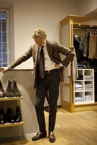 Comment porter un blazer écossais marron: Associe un blazer écossais marron avec un pantalon de costume gris foncé pour un look classique et élégant. Une paire de des double monks en cuir marron est une option astucieux pour complèter cette tenue.