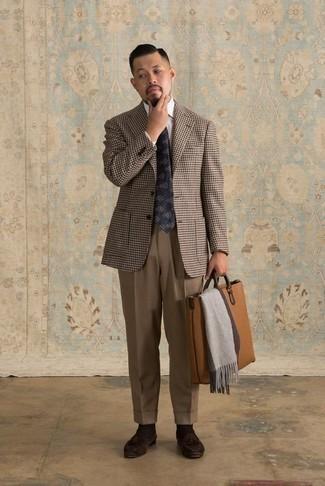 Comment porter un blazer en pied-de-poule marron: Essaie d'associer un blazer en pied-de-poule marron avec un pantalon de costume marron pour une silhouette classique et raffinée. Termine ce look avec une paire de des mocassins à pampilles en daim marron foncé.