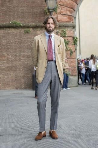 Comment porter une cravate á pois bordeaux: Pense à opter pour un blazer marron clair et une cravate á pois bordeaux pour un look classique et élégant. Assortis ce look avec une paire de des slippers en daim marron.