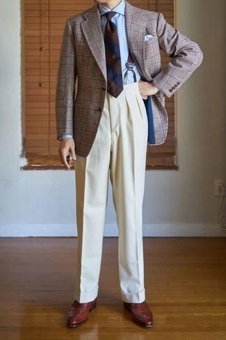 Comment porter un blazer écossais marron: Essaie de marier un blazer écossais marron avec un pantalon de costume beige pour dégager classe et sophistication. Complète cet ensemble avec une paire de des chaussures richelieu en cuir marron pour afficher ton expertise vestimentaire.