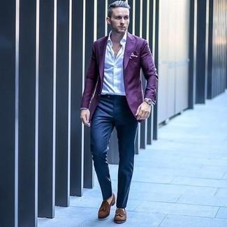 Comment porter une pochette de costume violette: Essaie de marier un blazer violet avec une pochette de costume violette pour un look idéal le week-end. Rehausse cet ensemble avec une paire de des mocassins à pampilles en daim marron.