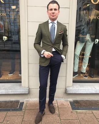Comment porter une pochette de costume imprimée marron: Pour une tenue aussi confortable que ton canapé, marie un blazer olive avec une pochette de costume imprimée marron. Une paire de des slippers en daim marron foncé est une façon simple d'améliorer ton look.