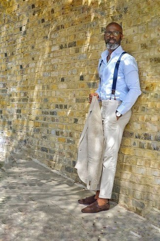 Comment porter un blazer en lin beige: Porte un blazer en lin beige et un pantalon de costume blanc pour un look pointu et élégant. Complète ce look avec une paire de des double monks en daim marron foncé.