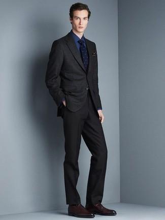 Comment porter des slippers en cuir bordeaux: Pense à porter un blazer à carreaux noir et un pantalon de costume noir pour un look pointu et élégant. Termine ce look avec une paire de des slippers en cuir bordeaux.