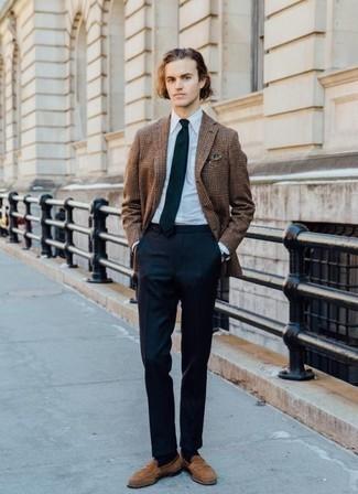 Comment porter un blazer écossais marron: Essaie d'harmoniser un blazer écossais marron avec un pantalon de costume bleu marine pour un look classique et élégant. Complète ce look avec une paire de des slippers en daim marron clair.