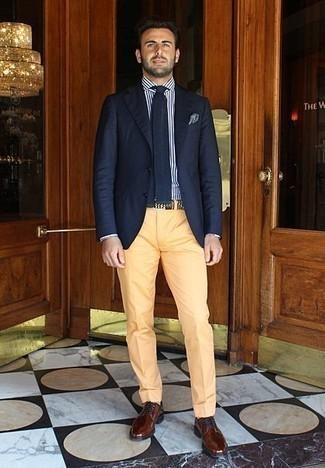 Comment porter une pochette de costume bleue: Marie un blazer bleu marine avec une pochette de costume bleue pour un look confortable et décontracté. Jouez la carte classique pour les chaussures et choisis une paire de des chaussures derby en cuir marron.