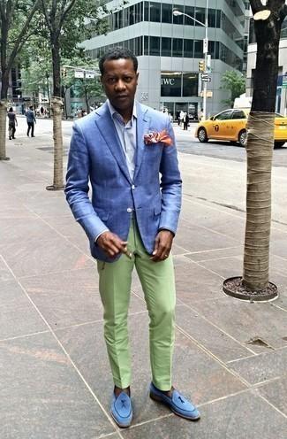 Comment porter un blazer avec une chemise de ville: Harmonise un blazer avec une chemise de ville pour créer un look chic et décontracté. Jouez la carte classique pour les chaussures et complète cet ensemble avec une paire de des mocassins à pampilles en daim bleu clair.