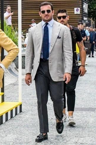 Comment porter une chemise de ville avec un blazer: Marie un blazer avec une chemise de ville pour aller au bureau. Transforme-toi en bête de mode et fais d'une paire de des mocassins à pampilles en cuir noirs ton choix de souliers.