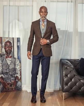 Comment porter une pochette de costume violette: Pour une tenue aussi confortable que ton canapé, marie un blazer marron avec une pochette de costume violette. Une paire de des chaussures richelieu en cuir bordeaux ajoutera de l'élégance à un look simple.