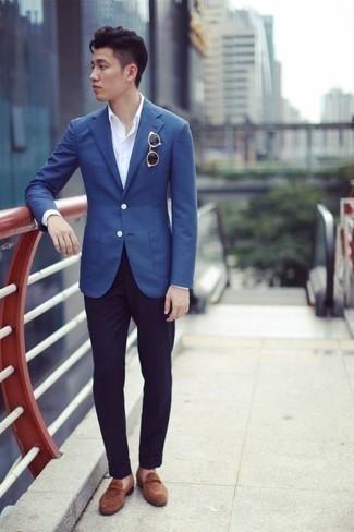 Comment porter des lunettes de soleil marron à l'adolescence: Pour une tenue aussi confortable que ton canapé, essaie de marier un blazer bleu avec des lunettes de soleil marron. Transforme-toi en bête de mode et fais d'une paire de des mocassins à pampilles en daim marron ton choix de souliers.