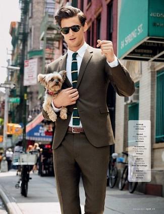 Comment porter: blazer marron, chemise de ville blanche, pantalon de costume marron, cravate en laine à rayures horizontales bleu canard