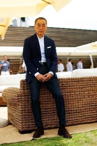 Comment porter des bottines chukka en daim marron foncé: Choisis un blazer bleu marine et un pantalon de costume bleu marine pour un look classique et élégant. Si tu veux éviter un look trop formel, opte pour une paire de des bottines chukka en daim marron foncé.