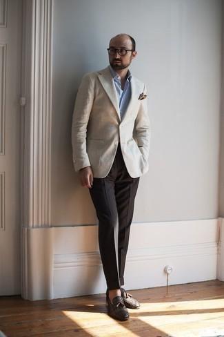 Comment porter un blazer beige: Harmonise un blazer beige avec un pantalon de costume marron foncé pour un look classique et élégant. Assortis ce look avec une paire de des mocassins à pampilles en cuir tressés marron foncé.