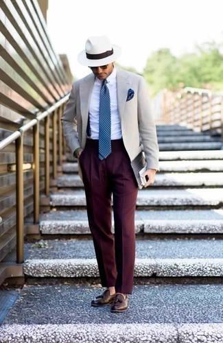 Comment porter un blazer beige: Associe un blazer beige avec un pantalon de costume bordeaux pour un look pointu et élégant. Cette tenue est parfait avec une paire de des mocassins à pampilles en cuir marron.