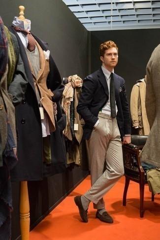 Comment porter une pochette de costume beige: Un blazer bleu marine et une pochette de costume beige communiqueront une impression de facilité et d'insouciance. Une paire de des slippers en daim marron ajoutera de l'élégance à un look simple.