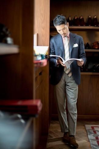 Comment porter une cravate à rayures verticales bleu clair en été: Harmonise un blazer écossais bleu marine avec une cravate à rayures verticales bleu clair pour une silhouette classique et raffinée. Jouez la carte classique pour les chaussures et termine ce look avec une paire de des chaussures richelieu en daim marron. Nous trouvons cette tenue sublime pour pour les journées estivales.