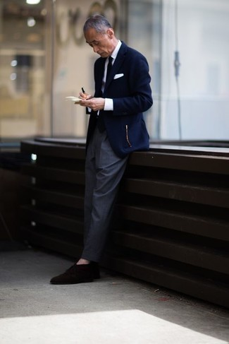 Comment porter des bottines chukka en daim marron foncé: Pense à porter un blazer bleu marine et un pantalon de costume gris pour un look pointu et élégant. Mélange les styles en portant une paire de des bottines chukka en daim marron foncé.
