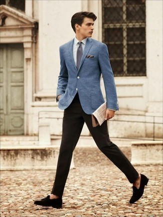 Comment porter une pochette de costume beige: Opte pour un blazer bleu avec une pochette de costume beige pour une tenue relax mais stylée. Jouez la carte classique pour les chaussures et complète cet ensemble avec une paire de des mocassins à pampilles en daim noirs.