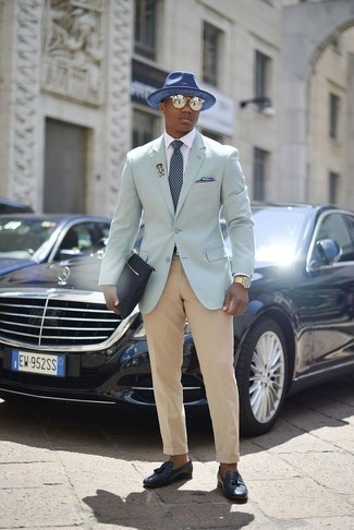 Comment porter un pantalon de costume marron clair: Pense à marier un blazer vert menthe avec un pantalon de costume marron clair pour une silhouette classique et raffinée. Cette tenue est parfait avec une paire de des mocassins à pampilles en cuir bleu marine.