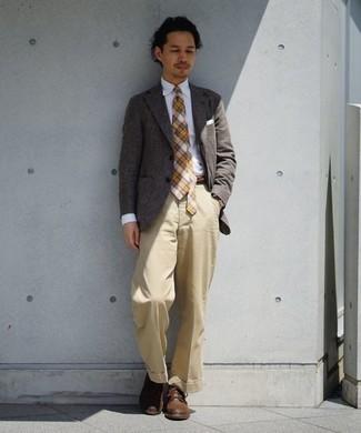 Comment porter un pantalon de costume marron clair: Pense à associer un blazer gris avec un pantalon de costume marron clair pour dégager classe et sophistication. Mélange les styles en portant une paire de des bottes de loisirs en cuir marron.