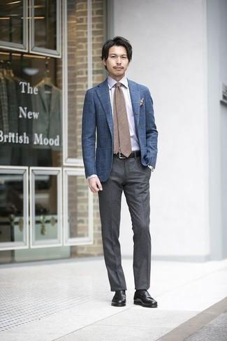 Comment porter une cravate marron: Pense à associer un blazer à carreaux bleu avec une cravate marron pour un look classique et élégant. Cette tenue est parfait avec une paire de des slippers en cuir noirs.