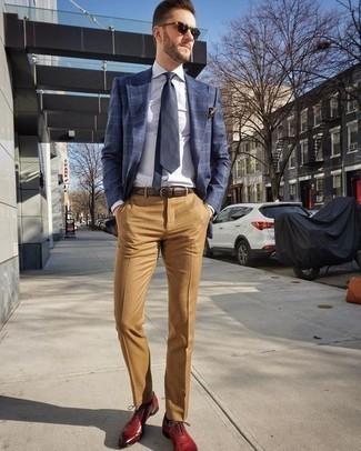 Comment porter un pantalon de costume marron clair: Marie un blazer écossais bleu marine avec un pantalon de costume marron clair pour une silhouette classique et raffinée. Transforme-toi en bête de mode et fais d'une paire de des chaussures richelieu en cuir rouges ton choix de souliers.