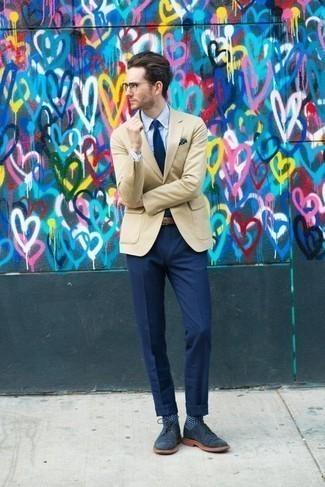 Comment porter un blazer beige: Associe un blazer beige avec un pantalon de costume bleu marine pour une silhouette classique et raffinée. D'une humeur créatrice? Assortis ta tenue avec une paire de des bottines chukka en daim bleu marine.