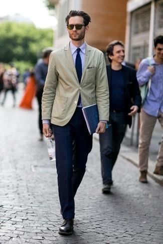 Comment porter un blazer beige: Associer un blazer beige et un pantalon de costume bleu marine créera un look pointu et élégant. Cette tenue est parfait avec une paire de des chaussures derby en cuir noires.