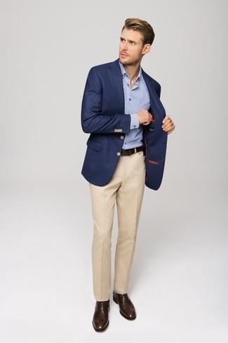 Comment s'habiller à 30 ans: Sois au sommet de ta classe en portant un blazer bleu marine et un pantalon de costume beige. Cette tenue se complète parfaitement avec une paire de des chaussures richelieu en cuir marron foncé.