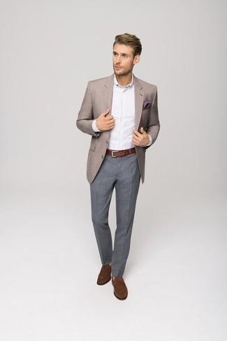 Comment s'habiller à 30 ans: Associe un blazer marron clair avec un pantalon de costume gris pour une silhouette classique et raffinée. Une paire de des slippers en daim marron est une option judicieux pour complèter cette tenue.