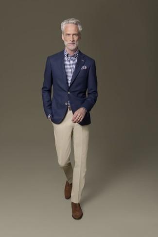 Comment s'habiller après 50 ans: Sois au sommet de ta classe en portant un blazer bleu marine et un pantalon de costume beige. Complète ce look avec une paire de des chaussures richelieu en daim marron.