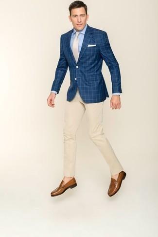 Comment s'habiller à 30 ans: Pense à associer un blazer à carreaux bleu marine avec un pantalon de costume beige pour une silhouette classique et raffinée. Une paire de des slippers en cuir marron est une option judicieux pour complèter cette tenue.