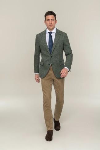 Comment s'habiller à 30 ans: Choisis un blazer en laine vert foncé et un pantalon de costume marron clair pour dégager classe et sophistication. Une paire de des chaussures richelieu en daim marron foncé est une option parfait pour complèter cette tenue.